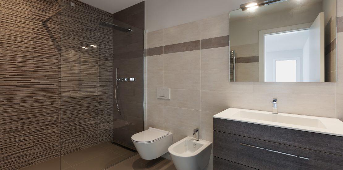 Badkamer met natuurstenen achterwand – De Graaf stucadoors